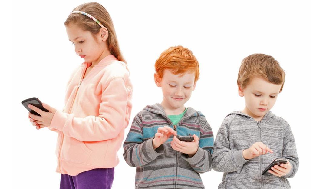 Интернет-зависимых подростков будут выявлять, не выходя из школы