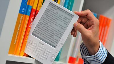 Крупнейший в мире книгоиздатель в сфере образования отказывается от печатных книг