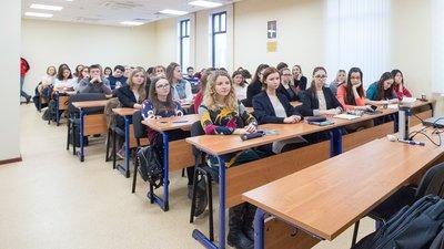 Школьники РФ стали чаще выбирать среднее профобразование