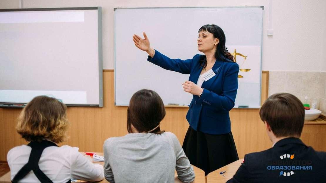 Средняя заработная плата учителя российской школы составила свыше 41 тысячи рублей