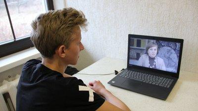 В первый день возобновления уроков в РФ системы дистанционного обучения потерпели фиаско