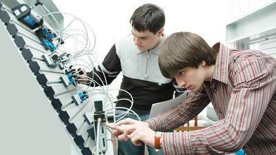 В Минпросвещения РФ намерены помогать выпускникам учреждений СПО с устройством на работу