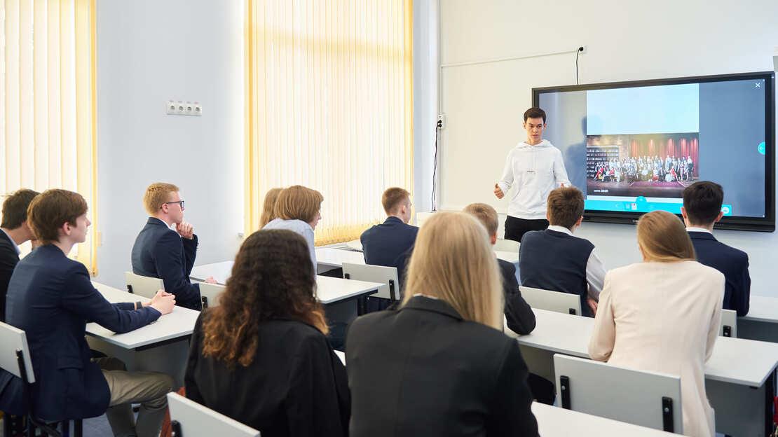 «Атланты в школах»: 300 предпринимателей проведут открытые уроки школах Москвы