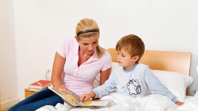 Развитию мозга детей поможет чтение сказок на ночь