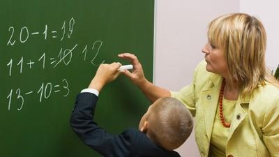 Россияне назвали адекватную зарплату учителя