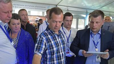 Д. Медведев предложил обучать школьников предпринимательству