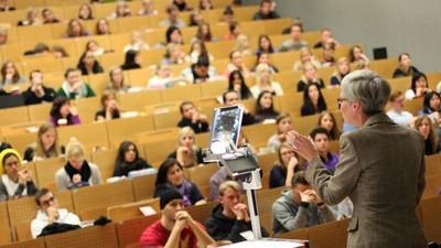 Д. Медведев распорядился пересмотреть систему оплаты труда сотрудников сферы высшего образования