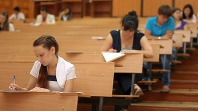 В вузах с высоким проходным баллом могут ввести письменный экзамен