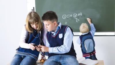 Во Франции запретят использование мобильных телефонов в школах